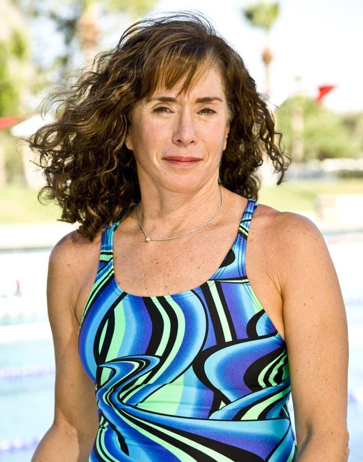 Nuoto maggiore della donna fotografie stock