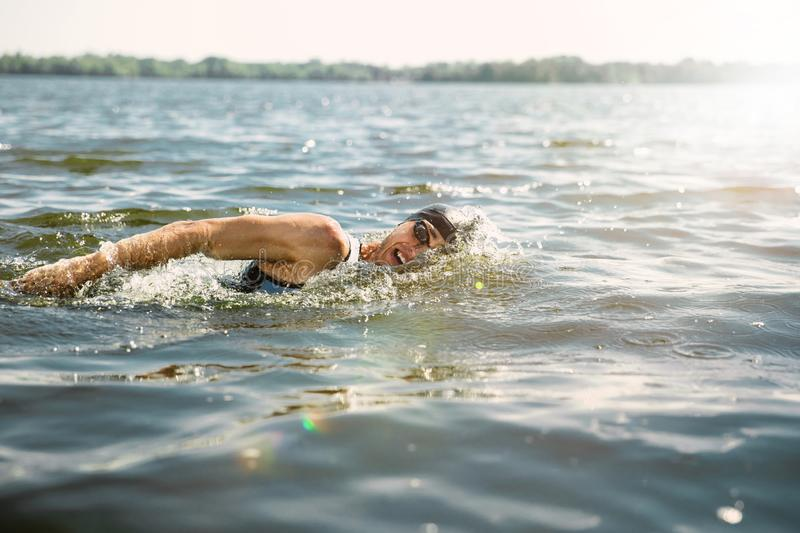 Nuoto professionale del triathlete in open water del fiume fotografie stock