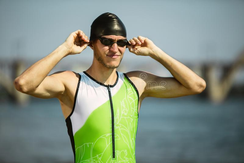Nuoto professionale del triathlete in open water del fiume fotografia stock
