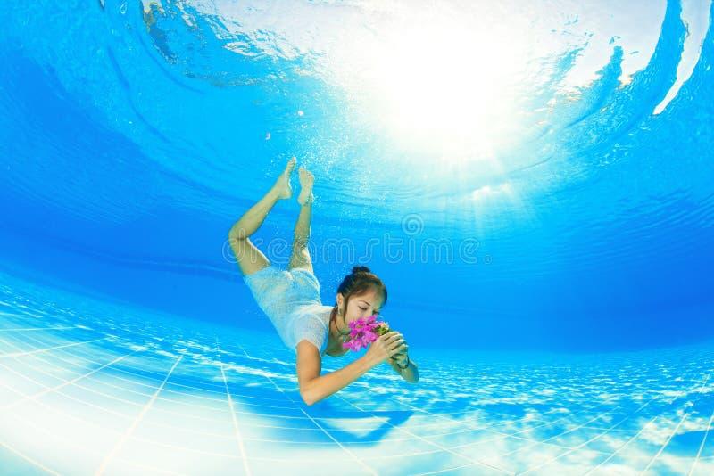 Nuoto subacqueo con i fiori immagini stock