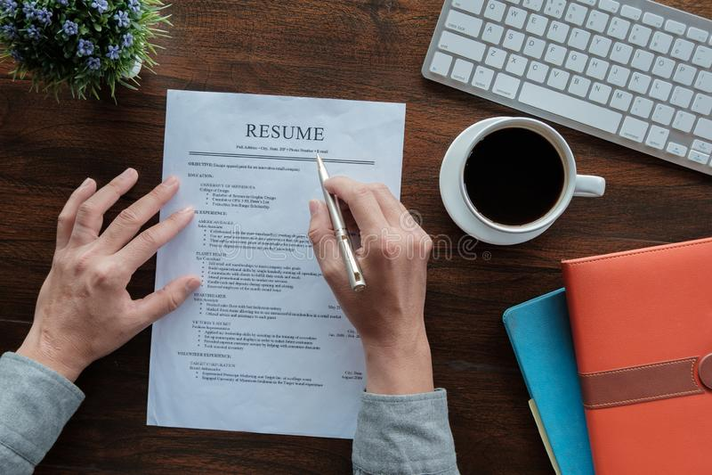 Nuova applicazione del riassunto della tenuta del dottorando con la tastiera ed il taccuino della tazza di caffè della penna per  immagine stock libera da diritti