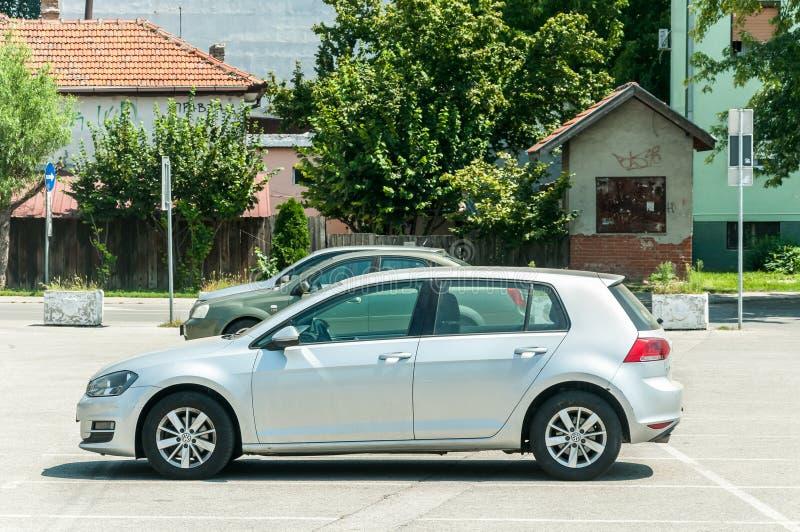 Nuova automobile di VW Volkswagen Golf 6 dell'argento sbucciata sulla via nella città fotografie stock