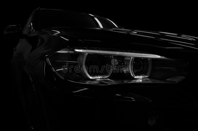 Nuova automobile moderna su fondo nero immagine stock libera da diritti