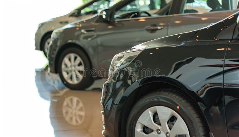 Nuova automobile nella sala d'esposizione immagine stock libera da diritti