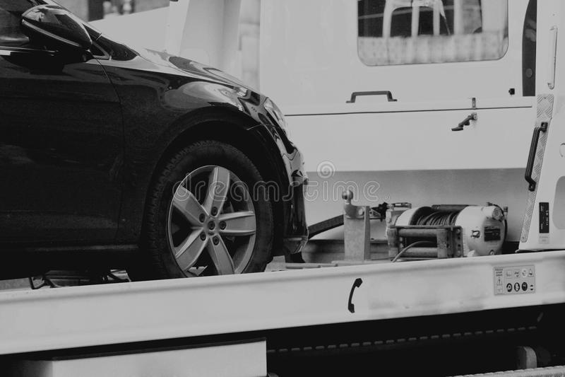 Nuova automobile trasportata sulla pista di rimorchio fotografia stock