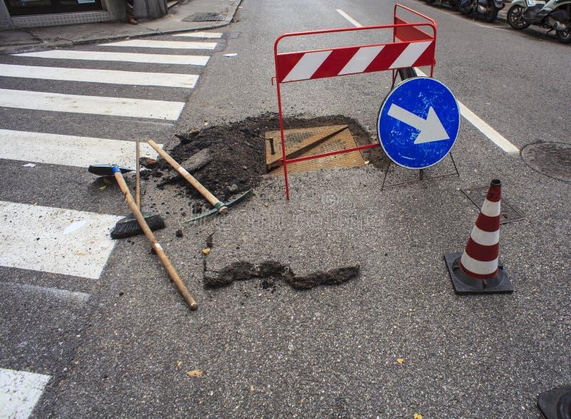 Nuova botola e riparazione delle strade fotografia stock libera da diritti