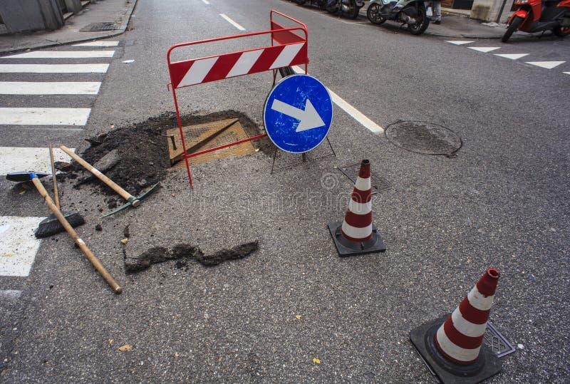 Nuova botola e riparazione delle strade immagine stock libera da diritti