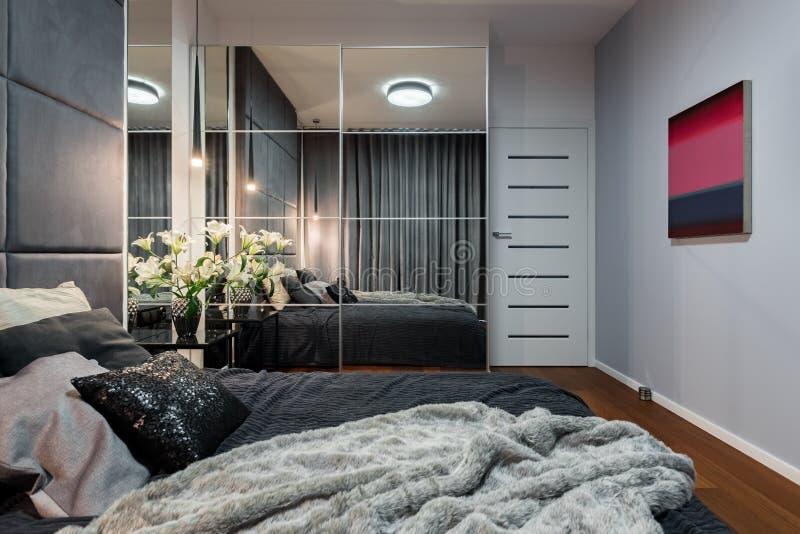 Nuova camera da letto con il guardaroba rispecchiato fotografia stock