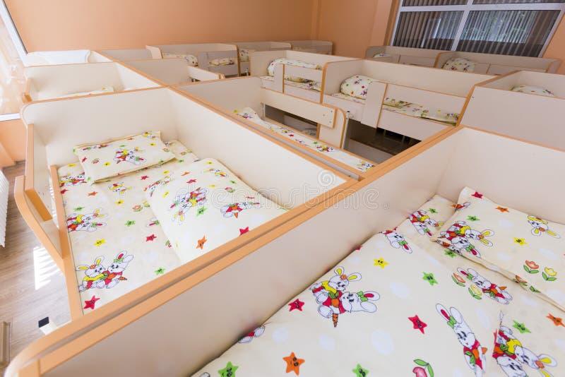 Nuova camera da letto di asilo con i piccoli letti immagini stock libere da diritti