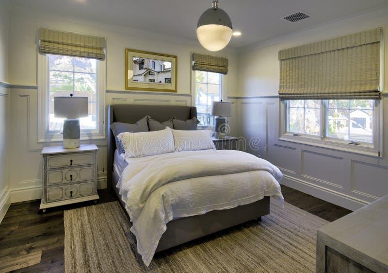 Nuova camera da letto domestica classica moderna fotografia stock libera da diritti