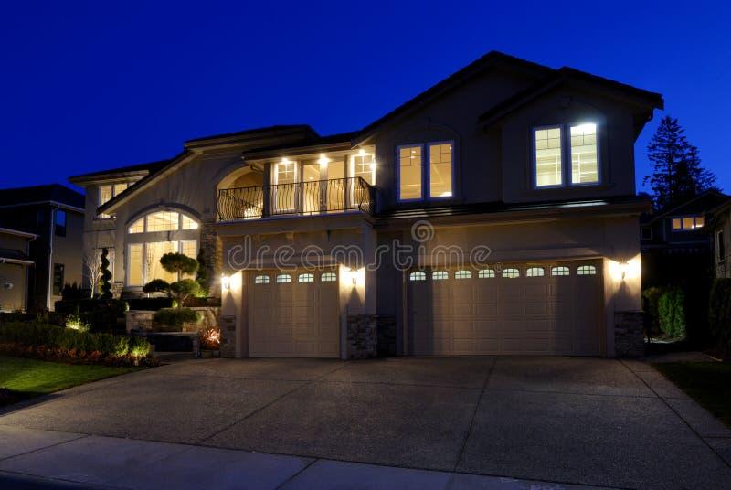 Nuova casa americana alla notte fotografie stock libere da diritti