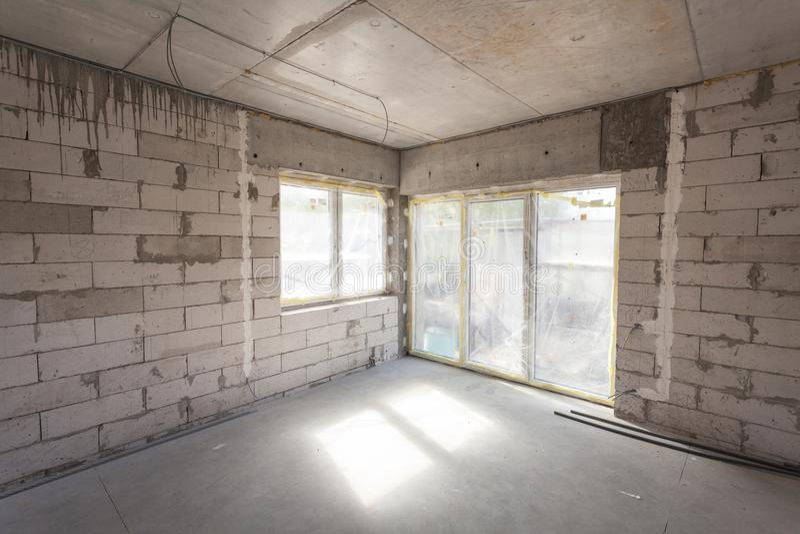 Nuova casa in costruzione Blocchi in calcestruzzo aerati, pareti della muratura del cemento, finestra di plastica, installazione  fotografie stock libere da diritti