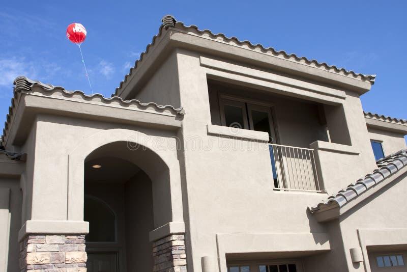 Nuova casa moderna nel deserto fotografie stock