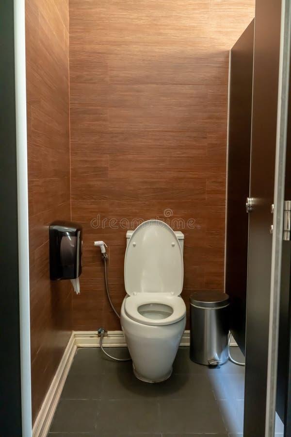 Nuova ciotola di toilette ceramica contro il fondo di legno della parete fotografie stock libere da diritti