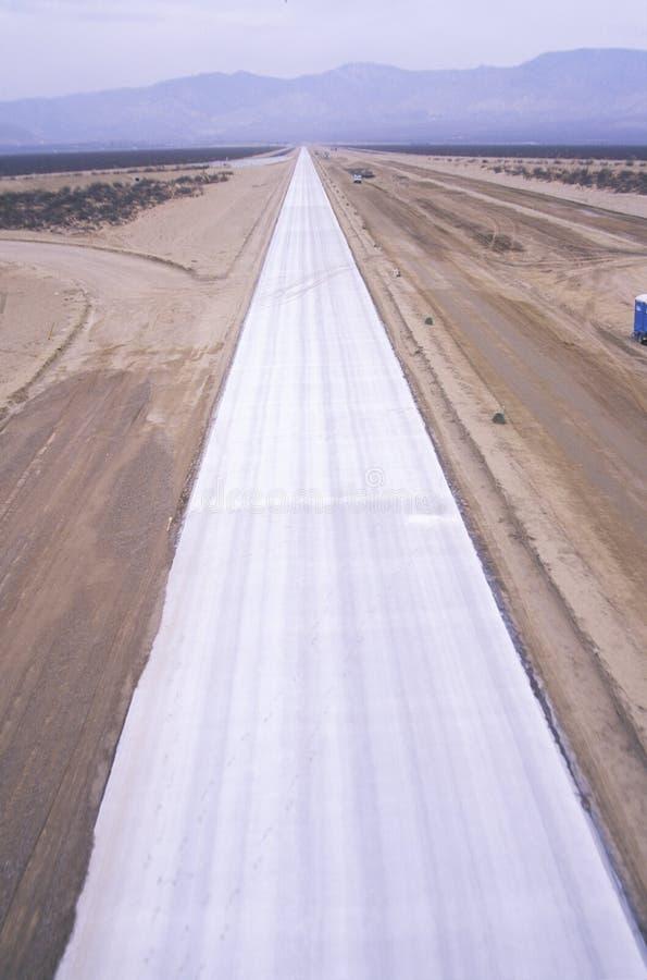 Nuova costruzione della strada principale nel Mojave vicino a Lancaster, California fotografia stock