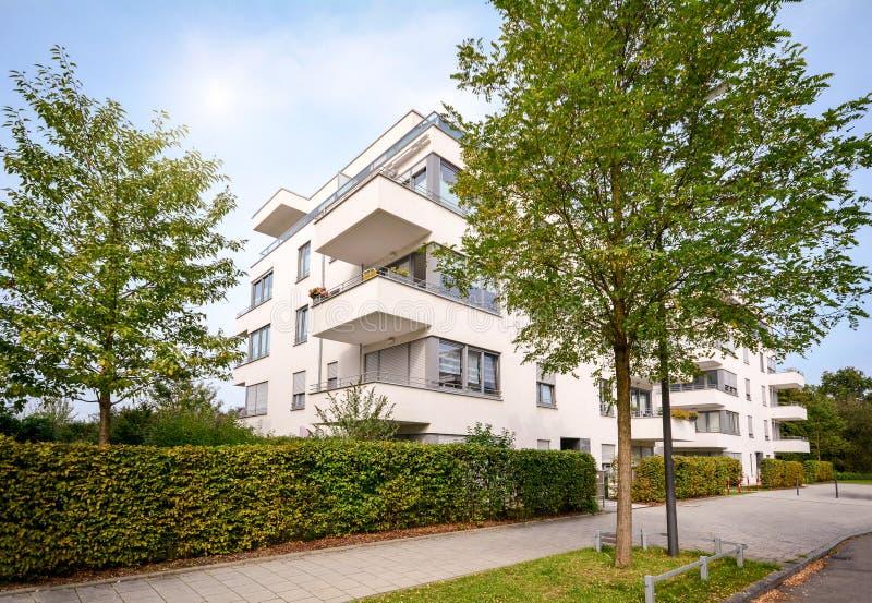 Nuova costruzione di appartamento, sviluppo residenziale moderno con le facilità all'aperto in un insediamento urbano verde fotografie stock
