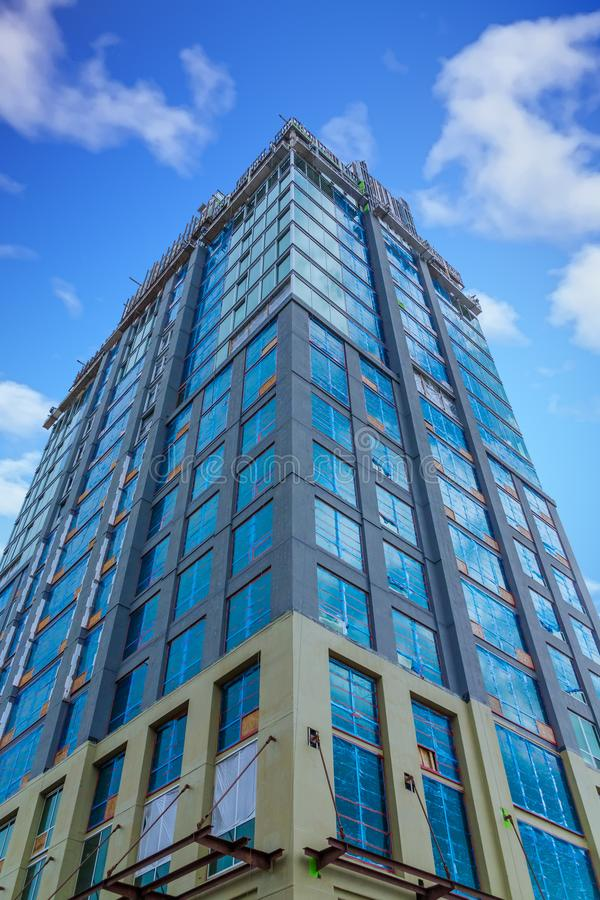 Nuova costruzione di vetro blu sotto Nizza il cielo immagine stock
