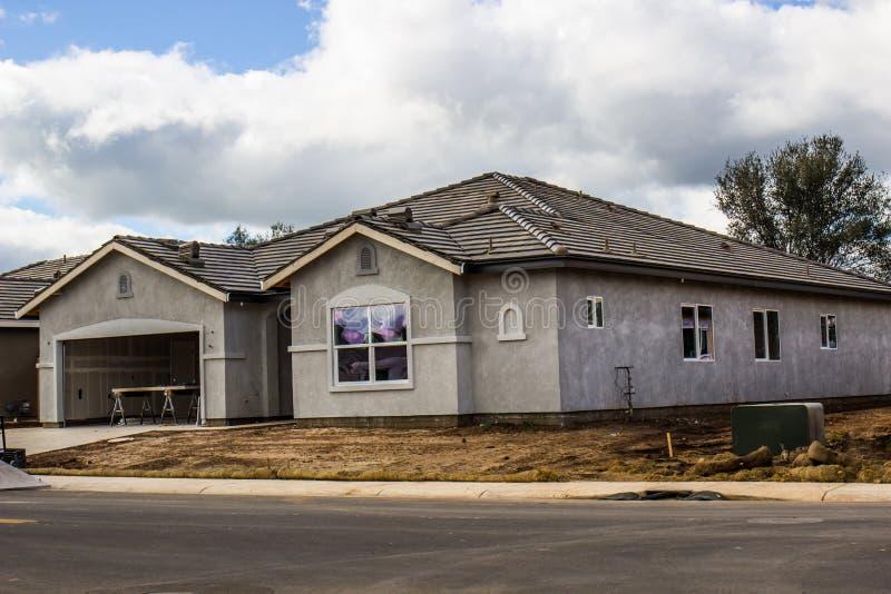 Nuova costruzione domestica con lo stucco completato fotografia stock libera da diritti