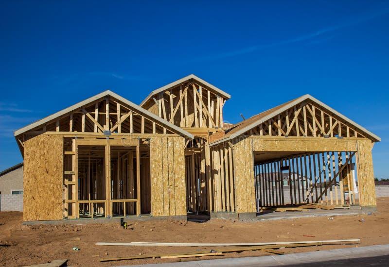 Nuova costruzione domestica nelle fasi d'inquadramento fotografia stock libera da diritti