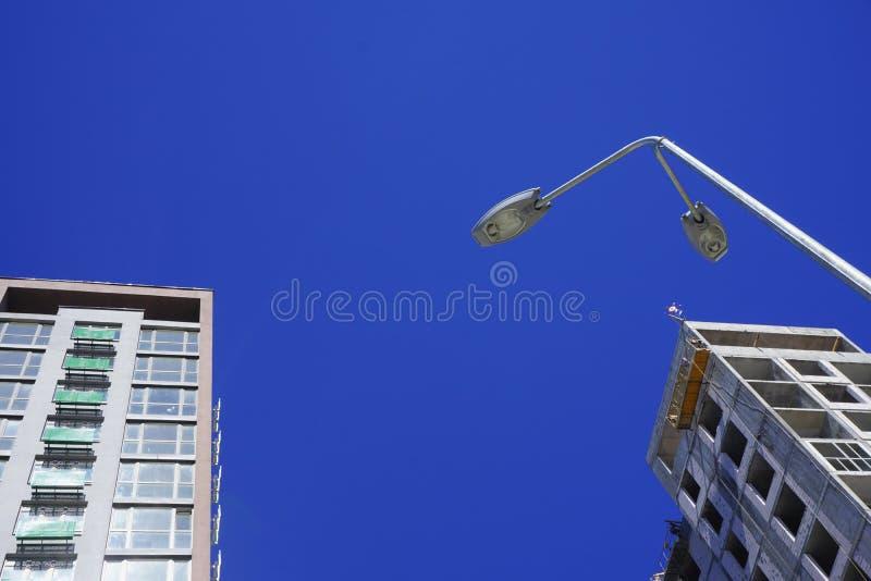 Nuova costruzione non finita isolata con la lanterna fotografia stock libera da diritti