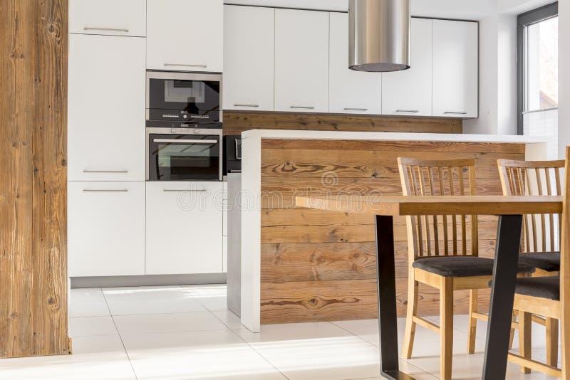 Nuova cucina bianca con l'isola fotografia stock