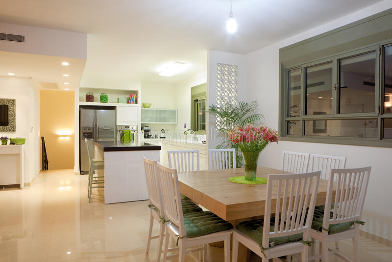 Nuova cucina in una casa moderna immagini stock