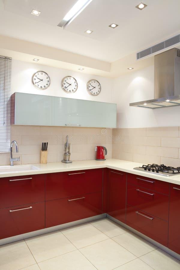 Nuova cucina in una casa moderna fotografia stock libera da diritti
