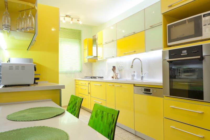 Nuova cucina in una casa moderna immagine stock libera da diritti
