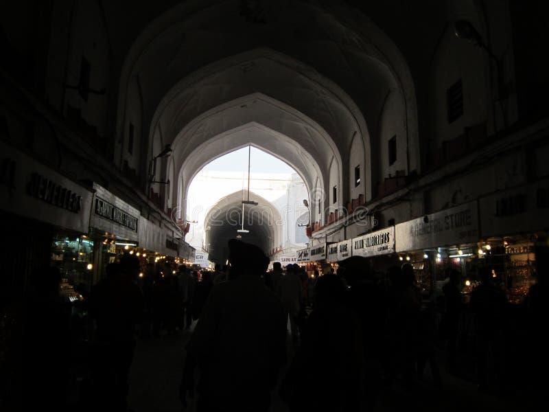 Nuova Delhi, India - gennaio 2019: Dentro la vista del mercato alla fortificazione rossa Di mercato è stato sviluppato dal nel XV fotografia stock libera da diritti