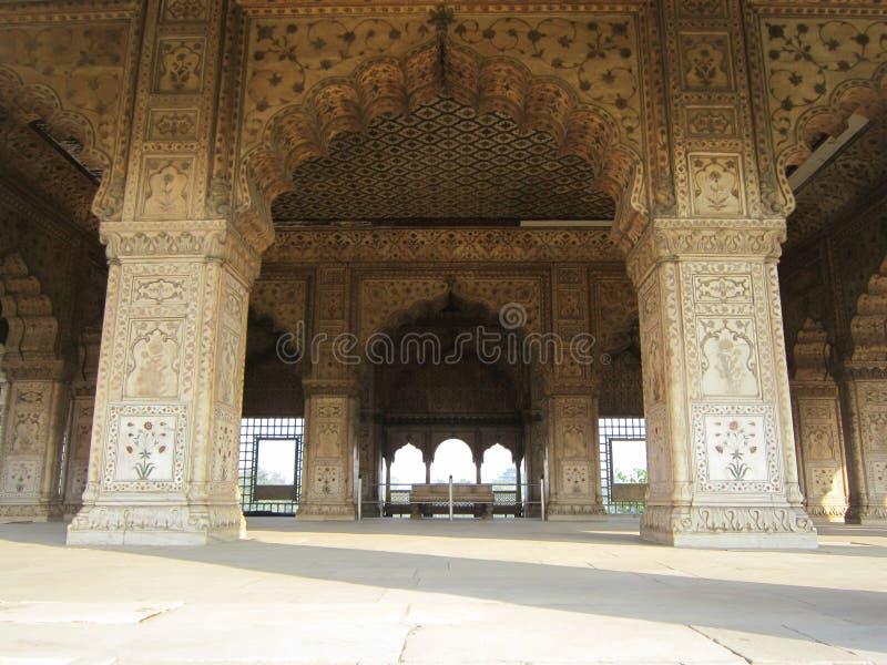 Nuova Delhi, India - gennaio 2019: I dettagli delle sculture complesse intorno hanno suonato Mahal dentro la fortificazione rossa immagini stock