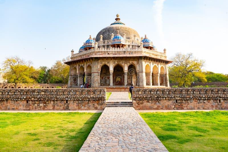 Nuova Delhi, India, il 30 marzo 2018 - un punto di vista del paesaggio di Isa Khan Garden Tomb dentro la tomba di Humayun che ? u immagine stock libera da diritti
