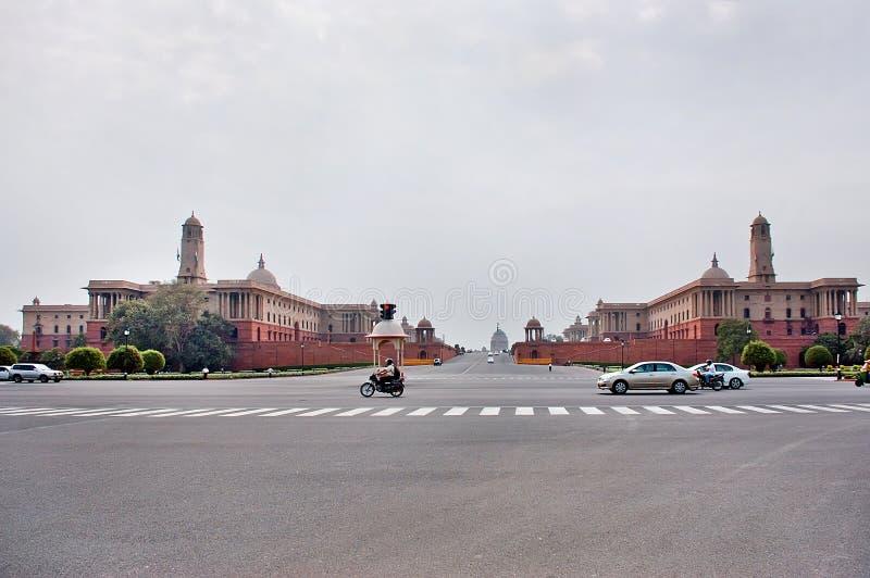 Nuova Delhi, India - Jule 22: Rashtrapati Bhavan è la casa ufficiale del presidente dell'India Automobili che passano la strada s fotografie stock libere da diritti