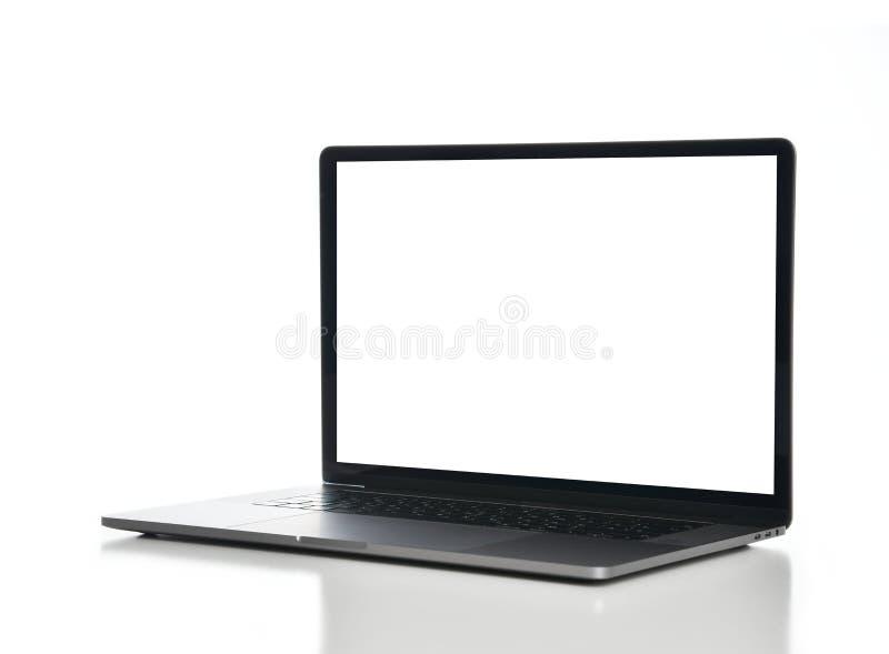 Nuova esposizione di computer portatile con la tastiera e lo schermo bianco in bianco isolati su un bianco fotografia stock libera da diritti