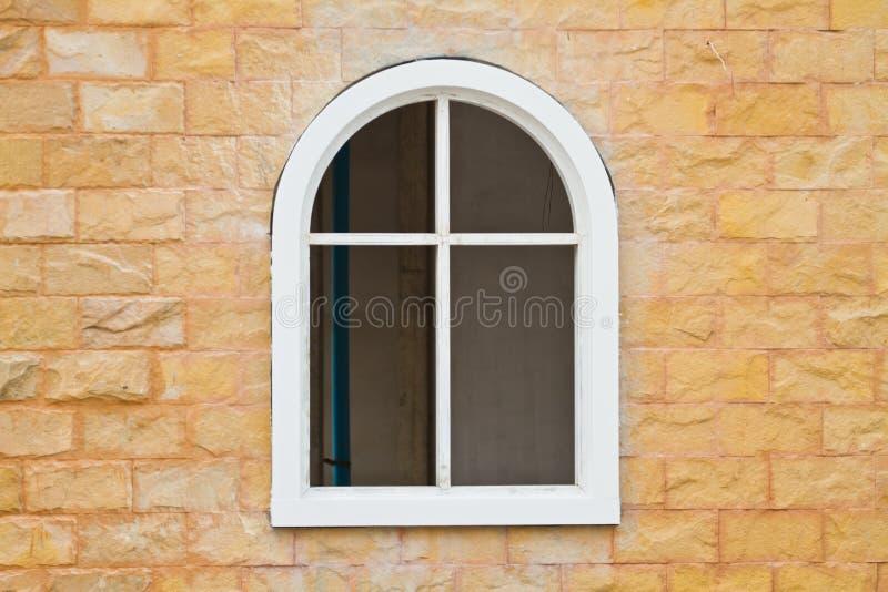 Nuova finestra sul fondo della parete del cemento fotografia stock