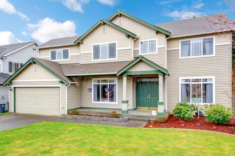 Nuovo grande esterno americano di nord-ovest classico della casa. immagine stock