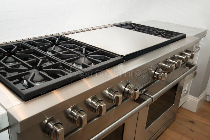 Nuova grande cucina domestica moderna immagini stock