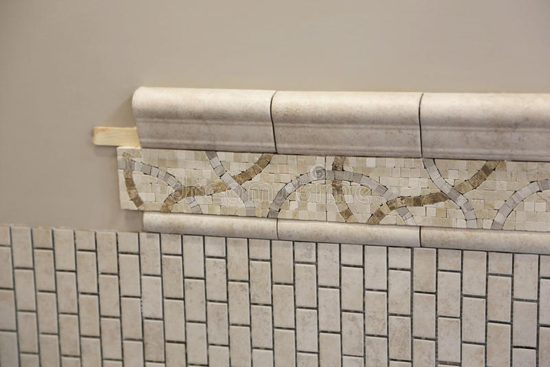 Nuova installazione delle mattonelle del bagno fotografia stock