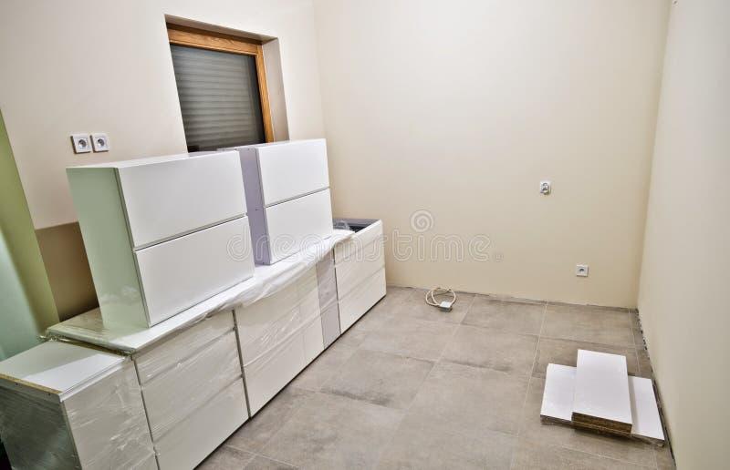 Nuova mobilia bianca della cucina fotografia stock