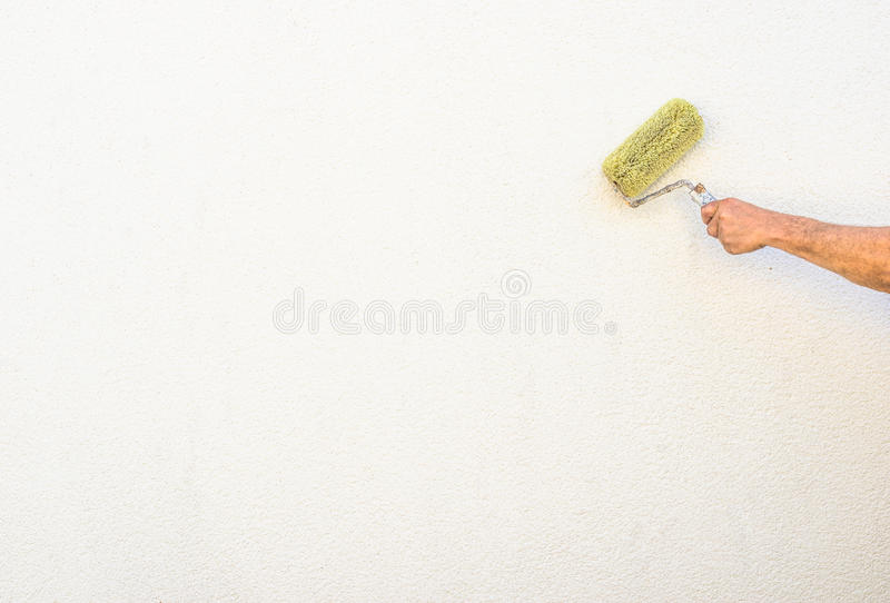 Nuova parete esterna della pittura del pittore con il pennello fotografia stock libera da diritti