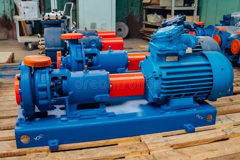 Nuova pompa idraulica elettrica finita nel magazzino della fabbrica fotografie stock