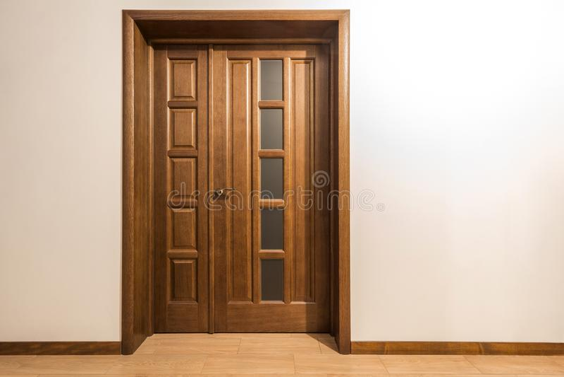 Nuova porta di legno marrone nell'interno della casa immagine stock libera da diritti