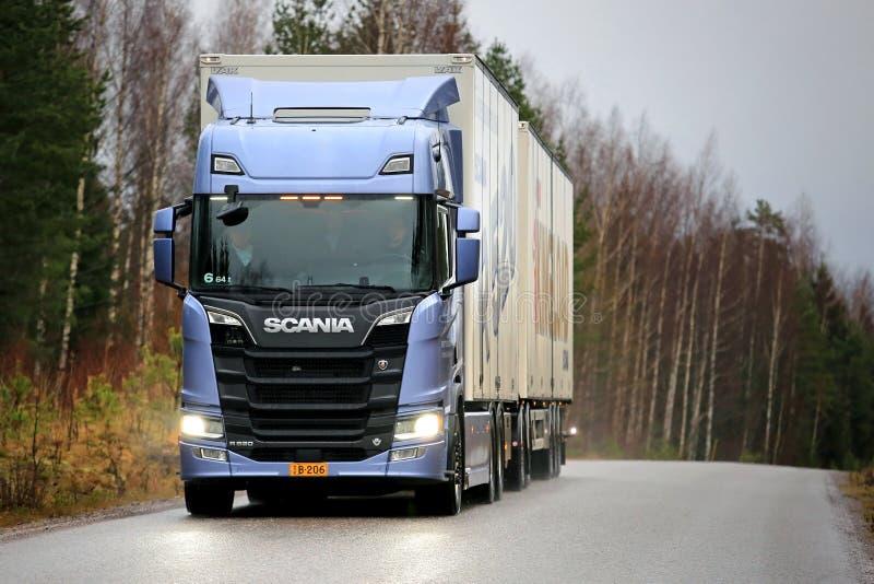 Nuova prossima generazione Scania R520 sulla strada immagine stock