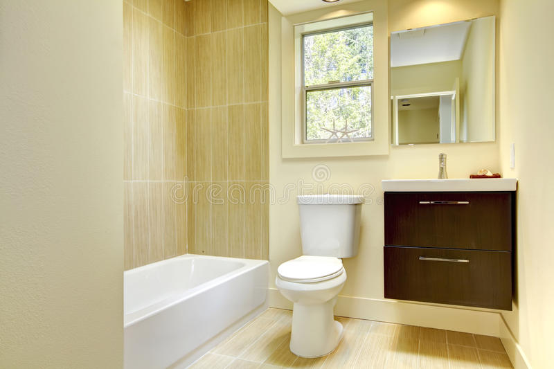 Nuova stanza da bagno gialla moderna con le mattonelle for Stanza da pranzo moderna