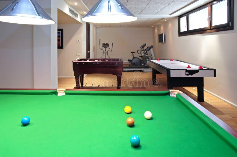 Nuova tabella di snooker con le sfere pronte per la rottura immagine stock libera da diritti
