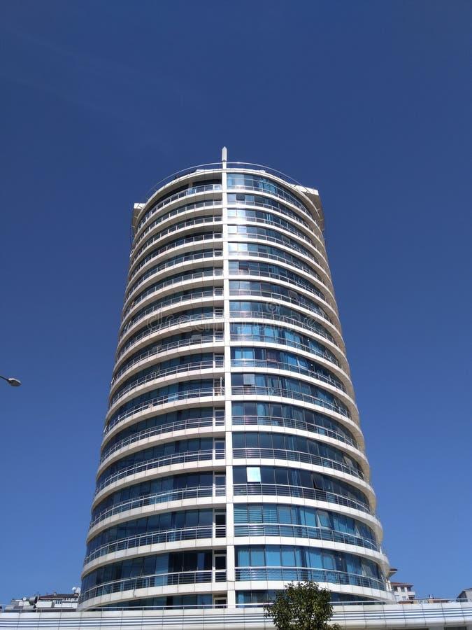 Nuova torre rotonda del cielo blu del giro alto in velocemente crescere Ä°stanbul fotografia stock