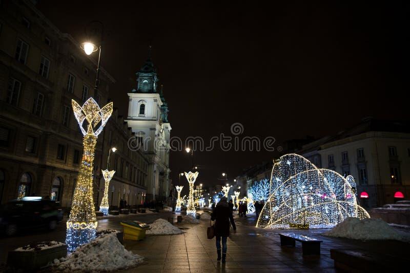 Nuova via del mondo di Nowy Swiat a Varsavia, orario invernale tutto fotografie stock