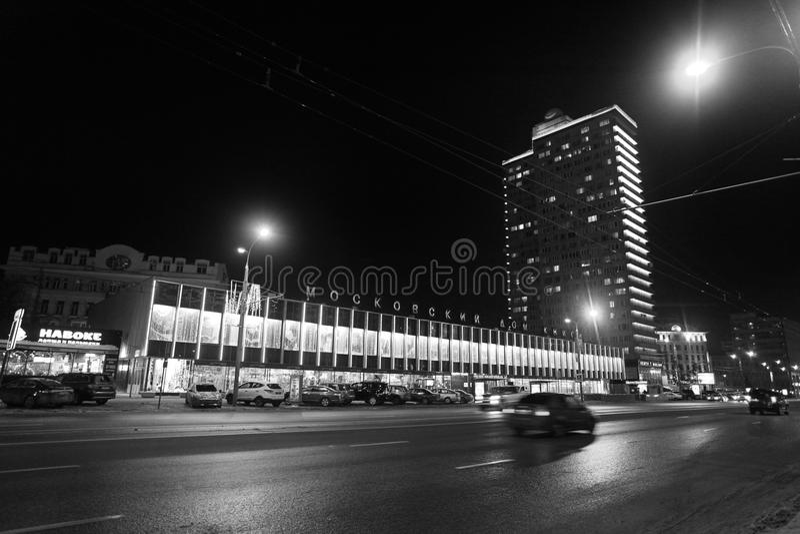 Nuova via di Arbat a Mosca di notte in bianco e nero immagine stock