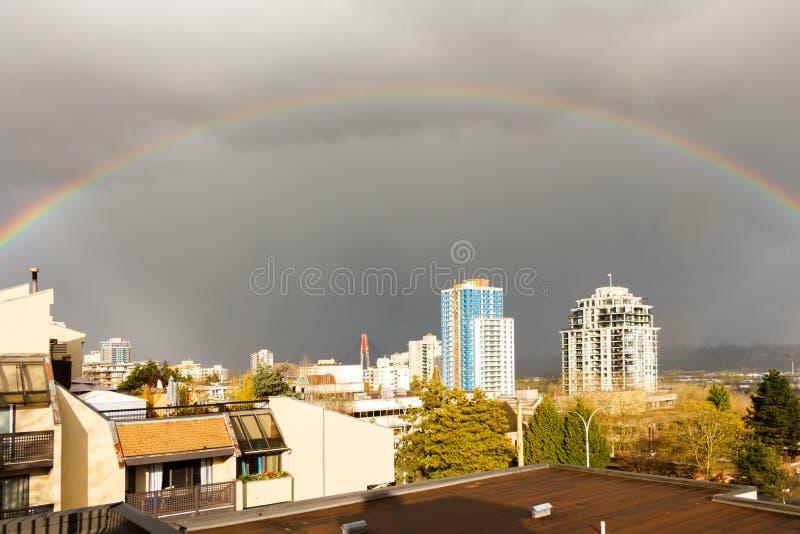 Nuova Westminster, Canada - circa 2017: Un grande arcobaleno sopra la c immagini stock libere da diritti