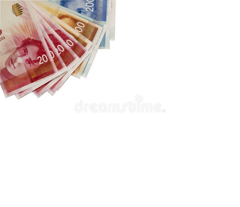 Nuove banconote e monete israeliane dello shekel su fondo bianco Copi la s immagine stock