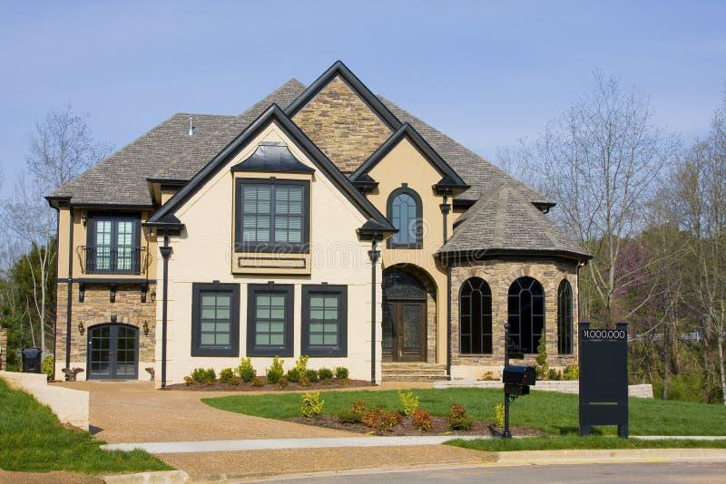 Nuove case di lusso da vendere immagini stock